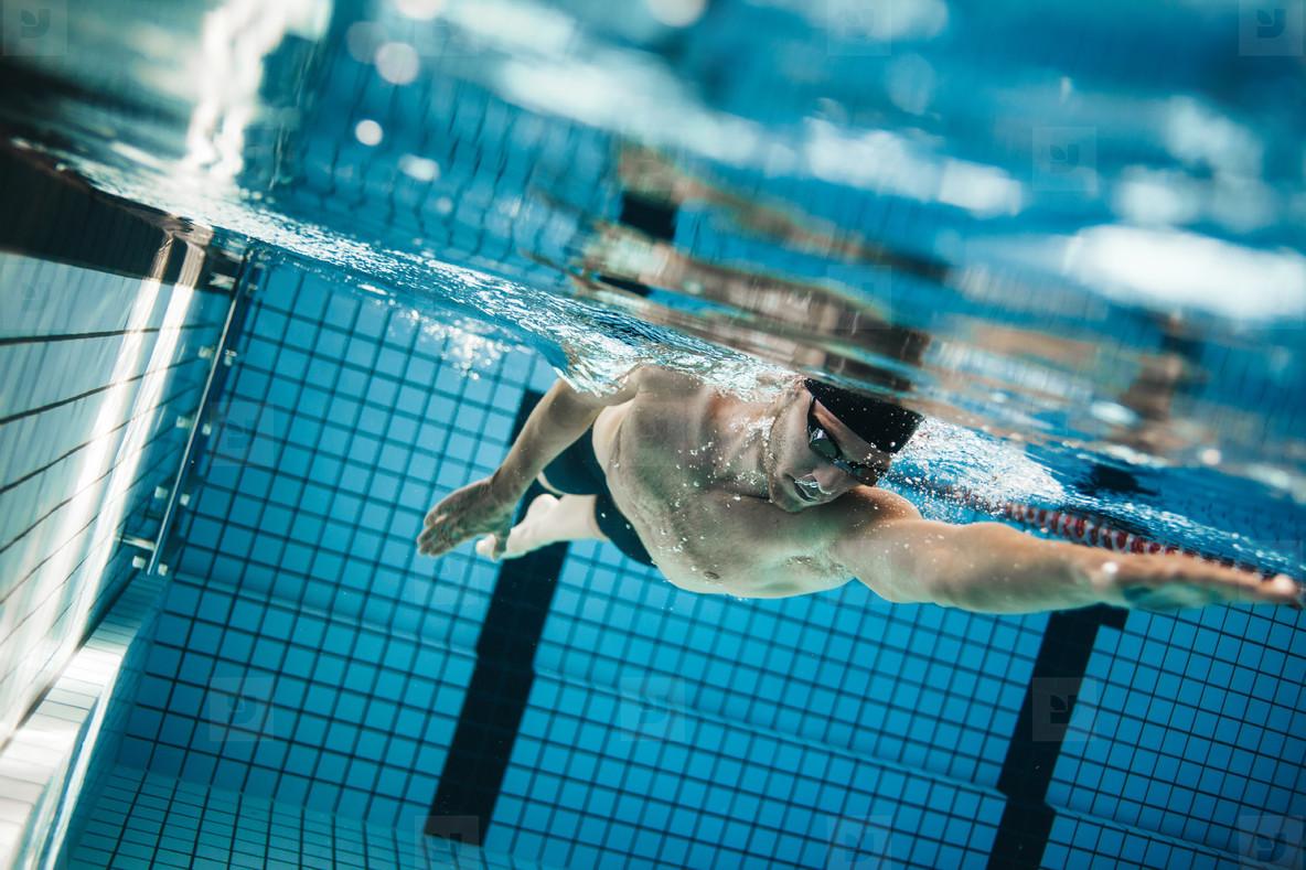 cách tiết kiệm nam đang bơi