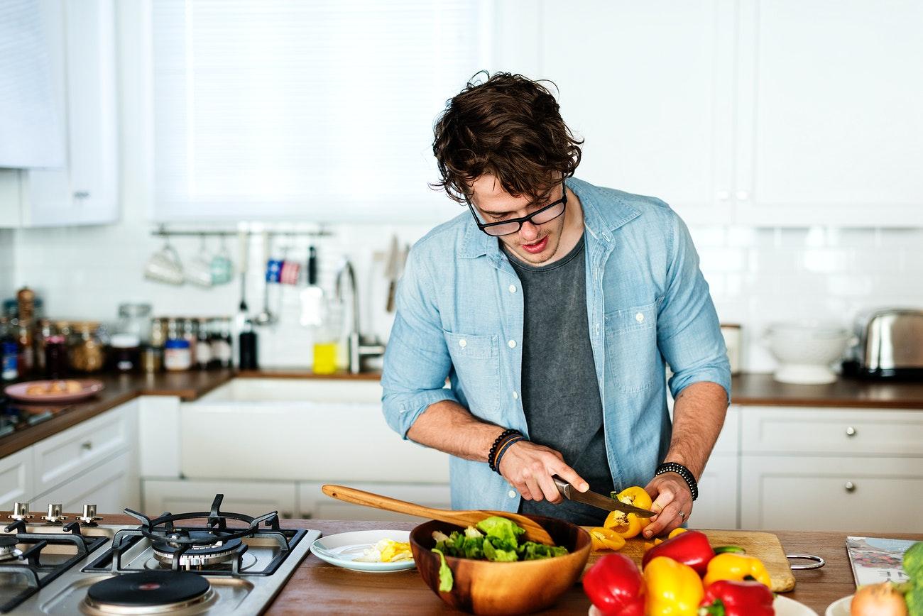 cách tiết kiệm nam tự nấu ăn